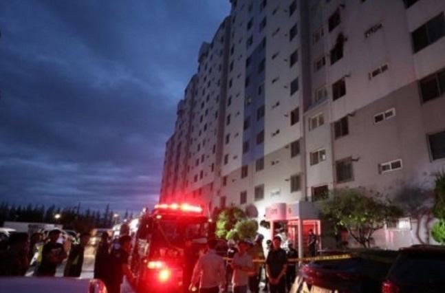 12일 오전 4시 21분께 광주 광산구 송정동 한 아파트 5층 주택에서 불이 나 50대 부부가 숨지고, 부부의 자녀와 이웃 주민 등 4명이 다쳤다. 사진은 119소방대가 화재 현장을 수습하는 모습.ⓒ연합뉴스