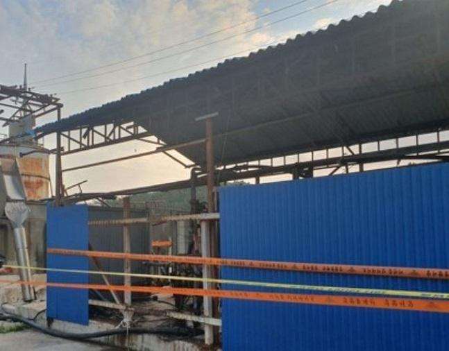 지난 10일 오후 경북 영덕 한 오징어가공업체 폐수처리장에 출입금지를 알리는 줄이 처져 있다. 이날 이곳에서는 폐수처리장을 청소하기 위해 들어간 외국인 노동자 4명이 사망하는 사고가 발생했다.ⓒ연합뉴스