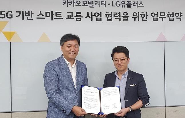 최순종 LG유플러스 기업기반사업그룹장 상무(왼쪽)가 류긍선 카카오모빌리티 공동대표와 서울 용산 사옥에서 '5G 기반 미래 스마트 교통 분야 서비스' 업무협약을 맺는 모습.ⓒLG유플러스