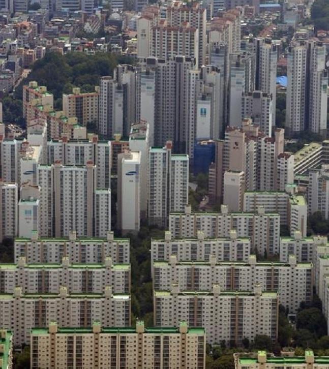 9·13대책의 주 타깃으로 꼽혔던 서울 아파트 매매가격은 대책 발표 전 1년간 21.4% 상승했으나, 대책 후 1년간 가격 오름폭은 4.4%에 그치면서 지난해 9월 이후 1년간 다소 안정된 흐름을 보였다. 서울의 아파트단지 전경.ⓒ연합뉴스