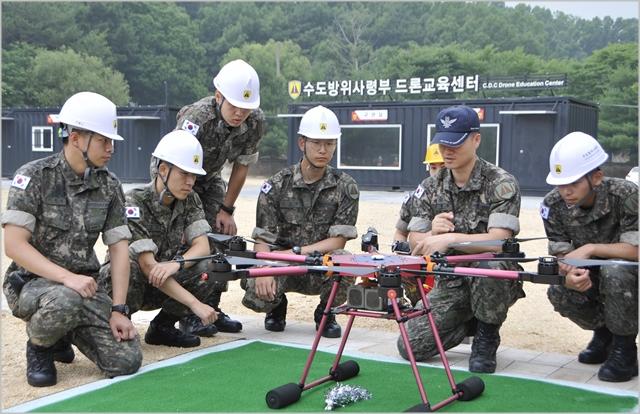 지난 7월 수도방위사령부 드론교육센터에서 장병들이 드론조종 실습을 하고 있다. ⓒ국방부