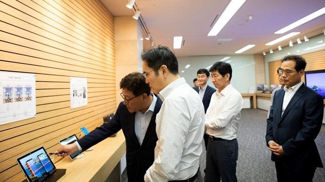 이재용 삼성전자 부회장(가운데)이 지난달 26일 충남 아산 삼성디스플레이 사업장을 방문해 제품을 살펴보고 있다.ⓒ삼성전자