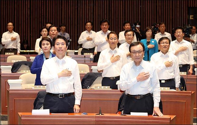 18일 오후 국회에서 열린 정기국회 대비 더불어민주당 의원 워크숍에서 이해찬 대표와 이인영 원내대표를 비롯한 의원들이 국기에 대한 경례를 하고 있다. ⓒ데일리안 박항구 기자
