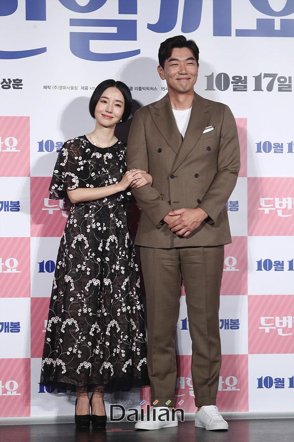 배우 이정현, 이종혁이 17일 오전 서울 광진구 롯데시네마 건대입구에서 열린 영화