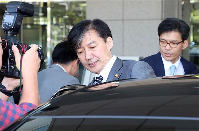 조국 법무부 장관이 19일 국회를 찾아 정동영 민주평화당 대표를 예방한 뒤 국회 본청을 떠나고 있다. ⓒ데일리안 박항구 기자