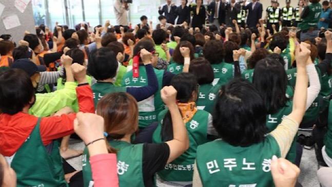 한국도로공사는 지난달 대법원 판결에 따라 직접고용 대상이 된 톨게이트 요금 수납원 499명 가운데 50명이 자회사를 선택해 자회사 정규직 고용을 추진한다고 19일 밝혔다. ⓒ연합뉴스