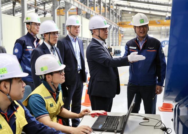 박일준 한국동서발전 사장(오른쪽에서 두 번째)이 유니슨 현장을 둘러보고 있다.ⓒ한국동서발전