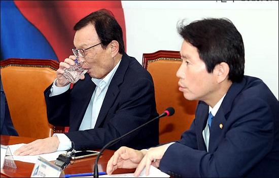 이해찬 더불어민주당 대표가 19일 국회에서 열린 국회혁신특별위원회 중진의원 연석회의에서 물을 마시고 있다. ⓒ데일리안 박항구 기자