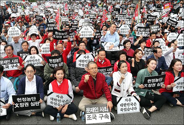 황교안 자유한국당 대표와 나경원 원내대표를 비롯한 의원들과 당원들이 21일 오후 서울 광화문 광장에서 열린