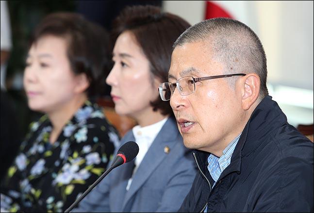 황교안 자유한국당 대표가 19일 오전 국회에서 열린 최고위원회의에서 모두발언을 하고 있다. ⓒ데일리안 박항구 기자