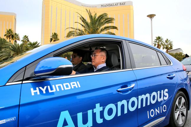 정의선 현대자동차그룹 수석부회장이 2017년 1월 CES 당시 라스베이거스에서 아이오닉 자율주행차에 탑승, 성능을 점검하고 있는 모습.ⓒ현대자동차그룹