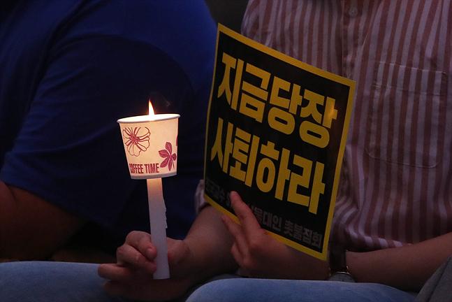 조국 법무장관의 사퇴에 국민 과반이 동의하는 것으로 나타났다. 조국 장관 임명이 강행된 지난 9일 서울대학교에서 한 재학생이 지금 당장 사퇴를 촉구하는 촛불을 들고 있다(자료사진). ⓒ데일리안 홍금표 기자