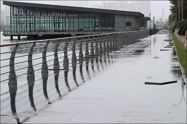 창원기상대는 2일 오후 8시를 기해 경남 전역 18개 시·군에 내려진 호우특보를 태풍경보로 대치했다.ⓒ데일리안