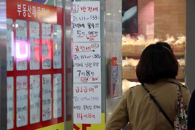 입지 좋은 강남권 한강변 신축단지는 3.3㎡당 1억원에 가까운 거래도 나왔다. 서울의 한 공인중개업소 모습.ⓒ연합뉴스