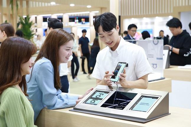 8일 서울 삼성동 코엑스(COEX)에서 개최된 한국전자전(KES) 삼성전자관에서 한 관람객이 '갤럭시폴드' 멀티 테스킹 기능을 체험하고 있다.ⓒ삼성전자
