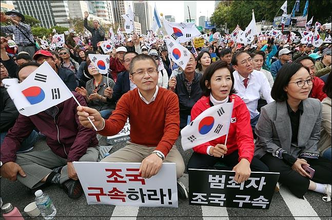 황교안 자유한국당 대표와 나경원 원내대표가 9일 오후 서울 광화문 광장에서 문재인 하야 범국민투쟁본부 등 보수성향의 단체들이 주최한