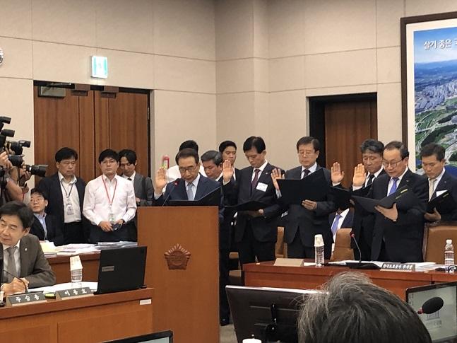 이강래 한국도로공사 사장이 10일 국회에서 열린 국토교통위원회의 한국도로공사에 대한 국정감사에서 선서를 하고 있다. ⓒ이정윤 기자