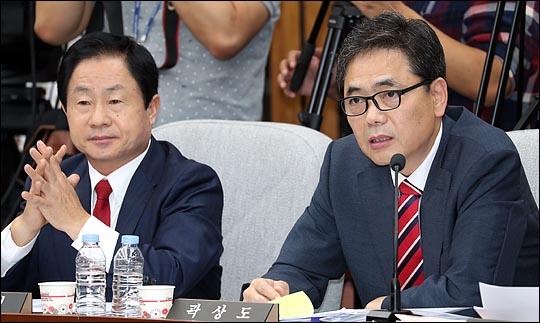 곽상도 자유한국당 의원(오른쪽)이 국회 인사청문회에서 질의하는 모습. ⓒ데일리안 박항구 기자