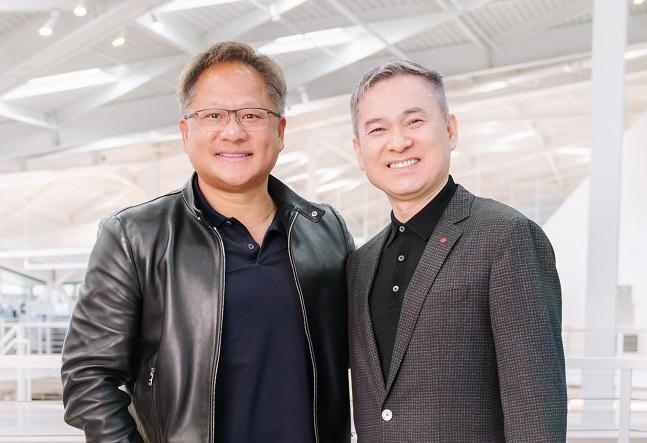 하현회 LG유플러스 부회장이 지난달 26일과 27일 양일간 미국 실리콘밸리를 방문했다. 사진은 하 부회장(오른쪽)이 젠슨 황 엔비디아 창업자 겸 CEO와 엔비디아 사옥에서 기념촬영을 하는 모습.ⓒLG유플러스