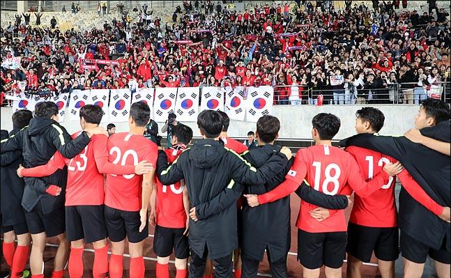 10일 오후 경기도 화성종합경기타운에서 2022 카타르 월드컵  아시아 지역 2차 예선 조별리그 H조 2차전 대한민국과 스리랑카의 경기에서 8대 0으로 승리한 선수들이 붉은악마와 함께 승리의 기쁨을 나누고 있다. ⓒ데일리안 박항구 기자