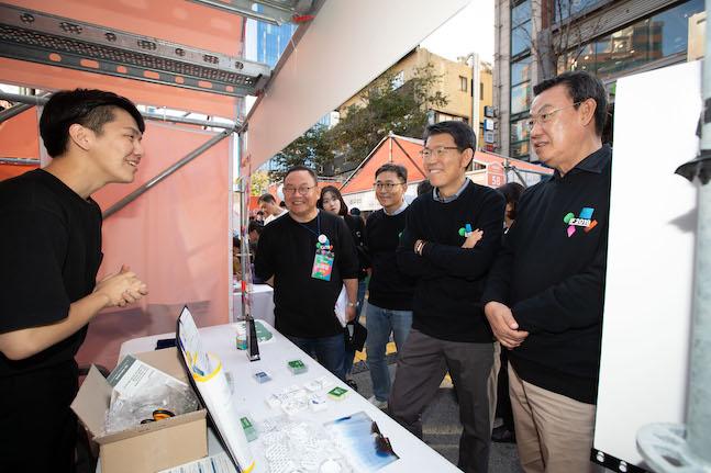 은성수 금융위원장이 12일 서울 서대문구 연세로에서 열린 스타트업 거리축제