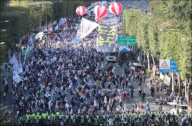 12일 오후 서울 서초구 반포대로에서 검찰개혁 촛불 문화제에 맞서 보수단체들이 조국 구속과 문재인 대통령 탄핵을 촉구하는 맞불집회를 개최하고 있다. ⓒ데일리안 박항구 기자