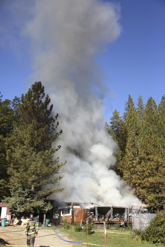 미국 캘리포니아주 로스앤젤레스(LA) 북부와 동부 리버사이드 인근에서 발화한 산불이 주택가로 번지면서 인명·재산 피해가 이어지고 있다.ⓒ뉴시스
