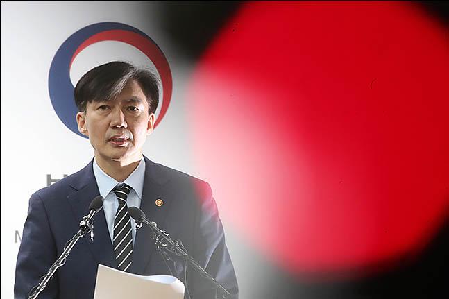 조국 법무부장관은 14일 장관직을 내려놓겠다고 밝힌