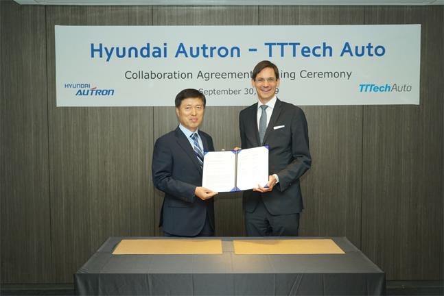 왼쪽 문대흥 대표이사(왼쪽)와 게오르그 코페츠  TTTech Auto CEO가 협력 계약 체결 후 기념촬영을 하고 있다. ⓒ현대오트론