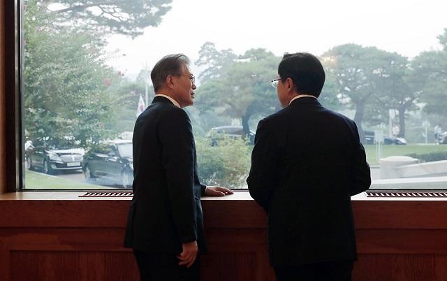 문재인 대통령이 7월 18일 청와대에서 여야 5당 대표들과 회담 후 황교안 자유한국당 대표와 대화하고 있다.ⓒ청와대