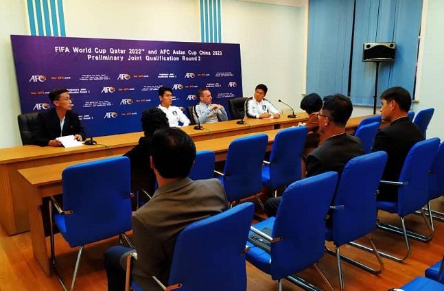북한과의 2022 카타르 월드컵 아시아 2차예선 경기를 앞둔 14일 북한 평양김일성경기장에서 축구 국가대표팀의 공식 기자회견이 북한 매채 기자 5명만 참석한 상태에서 열리고 있다. ⓒ대한축구협회 제공