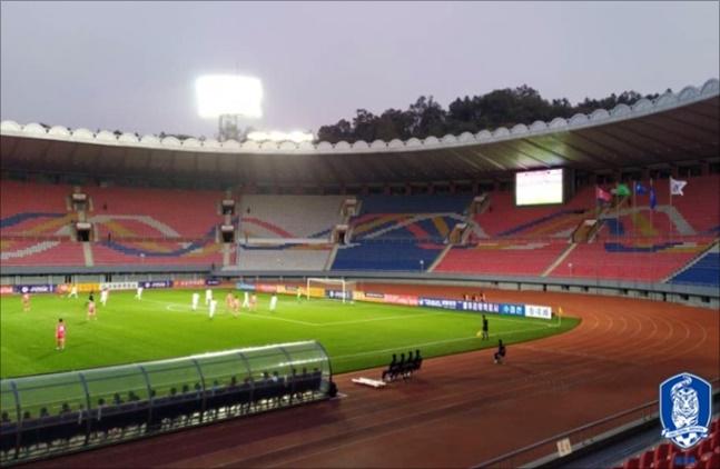 [한국-북한] 15일 평양 김일성경기장에서 열린 한국-북한 축구는 무관중 속에 펼쳐졌다. ⓒ 대한축구협회