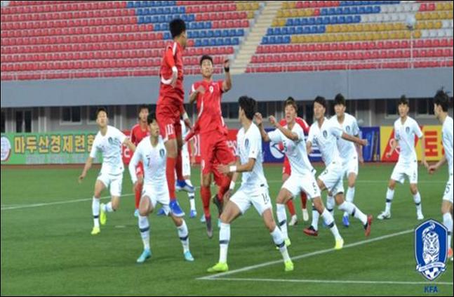 15일 오후 5시 30분 평양의 김일성경기장에서 열린 한국과 북한의 경기가 무관중 속에서 펼쳐지고 있다. ⓒ 대한축구협회
