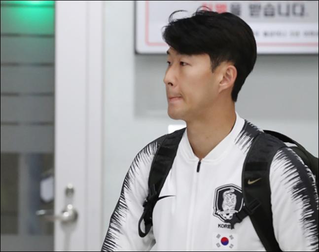 손흥민이 2022년 카타르 월드컵 아시아지역 2차 예선 북한과의 경기를 마치고 17일 오전 인천국제공항 2터미널을 통해 귀국하고 있다. ⓒ 연합뉴스