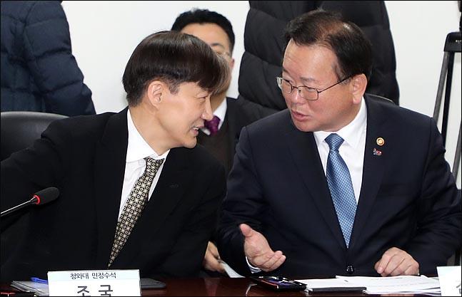 김부겸 더불어민주당 의원이 올해 2월 당시 청와대 민정수석이었던 조국 전 법무장관과 대화를 나누고 있다. 김 의원을 위시한 험지 TK 민주당 의원들은 이번