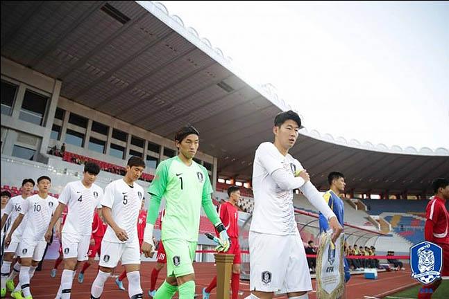 15일 오후 북한 평양 김일성 경기장에서 열린 월드컵 아시아지역 2차 예선 H조 3차전 대한민국과 북한 경기에 선수들이 입장하고 있다. ⓒ대한축구협회