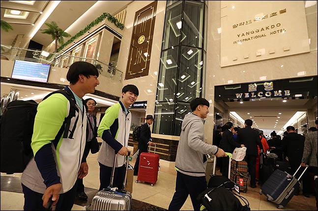 북한 평양에서 열리는 2019 아시아주니어역도선수권대회 및 아시아유소년역도선수권대회에 참가하는 선수단이 18일 오후 숙소인 평양 양각도국제호텔에 도착해 객실로 향하고 있다. ⓒ사진공동취재단