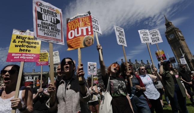 제러미 코빈 노동당 총재를 지지하는 영국 노동당원들이 서민원 의사당 앞에서 코빈 지지와 보수당 규탄을 주장하며 시위를 벌이고 있다. ⓒ뉴시스