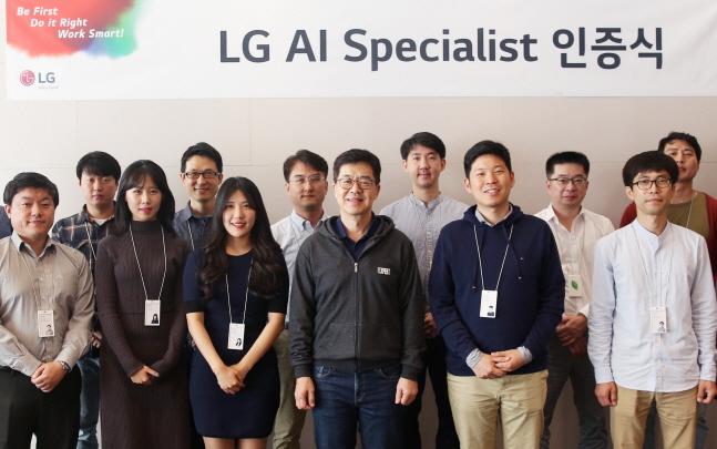 박일평 LG전자 최고기술책임자(CTO·앞줄 왼쪽에서 네번째)가 선발된 인공지능 전문가들과 기념촬영을 하고 있다.ⓒLG전자