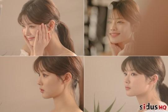 배우 김유정이 청순 화보 비하인드 컷을 공개했다.ⓒ싸이더스hq