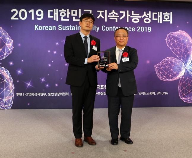 김상준 KCC 부장(왼쪽)이 지난 18일 서울 소공동 롯데호텔에서 열린
