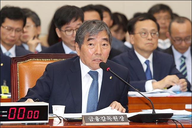 """윤석헌 금융감독원장은 21일 DLF 사태와 관련해 """"일종의 겜블(gamble) 같은 것""""이라고 작심발언에 나섰다. ⓒ데일리안"""