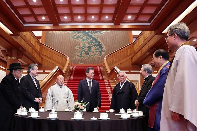 문재인 대통령이 지난 2월 18일 청와대에서 7대 종단 지도자들과 오찬을 함께하기에 앞서 열린 차담회에서 참석자들과 얘기를 나누고 있다.ⓒ청와대
