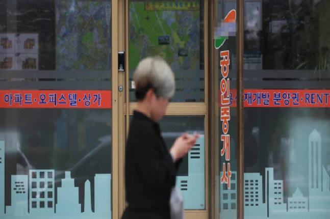 한국은행 금융통화위원회는 지난 16일 기준금리를 1.50%에서 1.25%로 0.25%p 내렸다. 서울의 한 공인중개업소 모습.ⓒ연합뉴스
