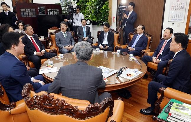 주승용(오른쪽) 국회 부의장이 22일 오전 서울 여의도 국회에서 열린 국민의당 출신 의원 모임에서 모두발언을 하고 있다. ⓒ뉴시스