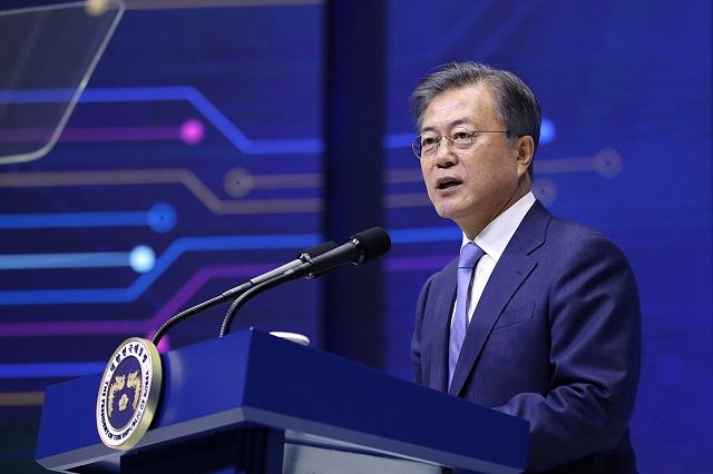문재인 대통령은 24일 서울 포시즌스 호텔에서 열린