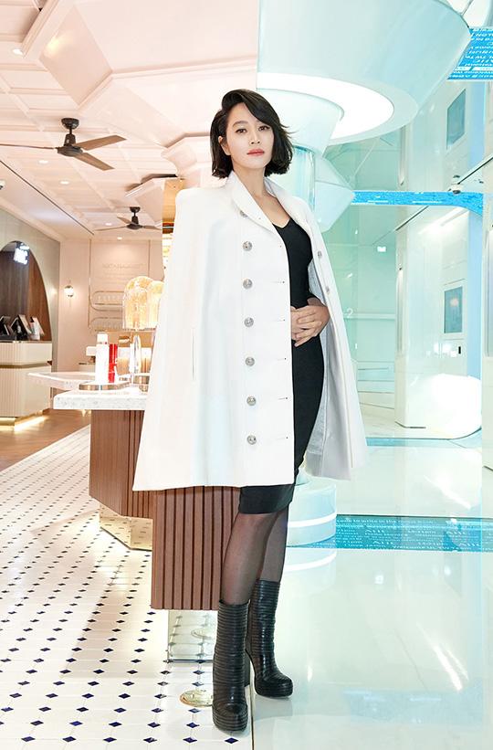 배우 김혜수가 한 화장품 매장 오픈을 축하하기 위해 명동에 깜짝 모습을 드러내 일대를 마비시켰다. ⓒ AHC