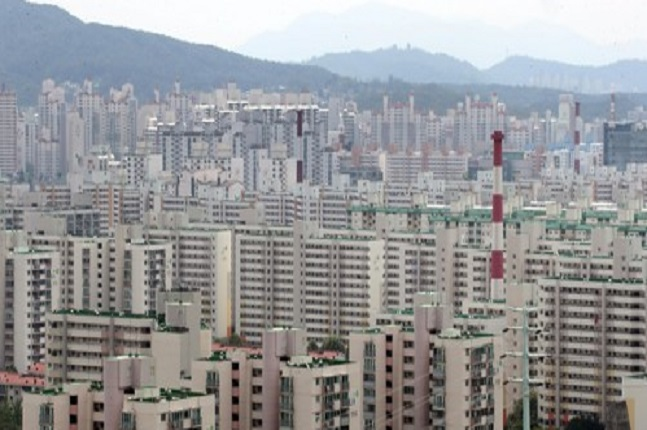 투기과열지구 중 서울 27개동(강남4구 45개동 중 22개동, 마포구 1개동, 용산구 2개동, 성동구 1개동, 영등포구 1개동)이 분양가상한제 적용지역으로 선정됐다. 서울 아파트단지 모습.ⓒ연합뉴스