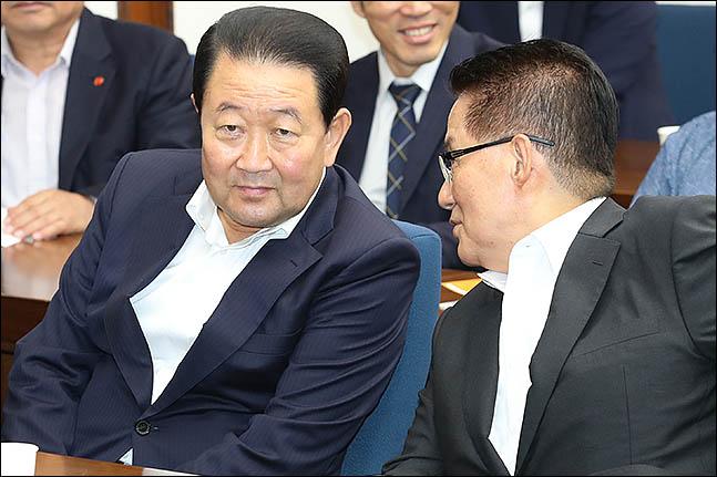 박주선 바른미래당 의원과 박지원 대안신당 의원이 지난 7월 30일 오후 서울 여의도 국회도서관에서 열린
