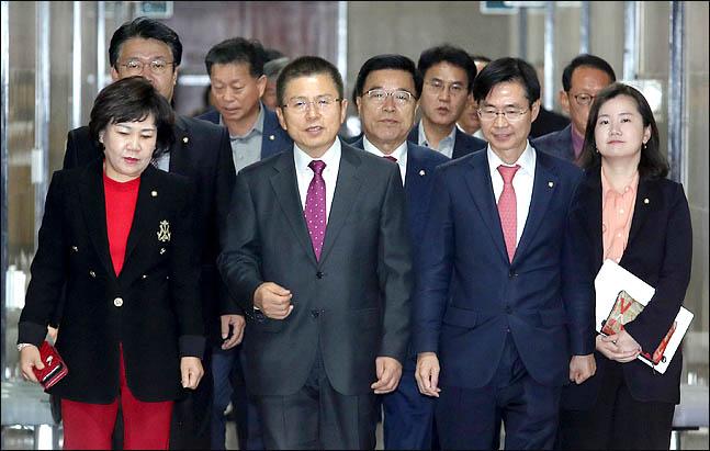 황교안 자유한국당 대표와 최고위원들이 7일 오전 국회에서 열리는 최고위원회의에 참석하고 있다. ⓒ데일리안 박항구 기자
